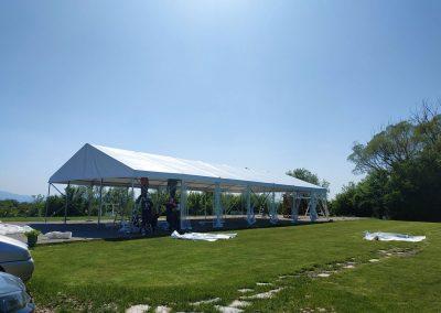 Покрива на шатрата веднага приюти всички ни веднага, когато осъзнахме, че сянката й е дълбока.
